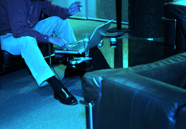 blue-businessman-woking-laptop-hotel-623x432.png